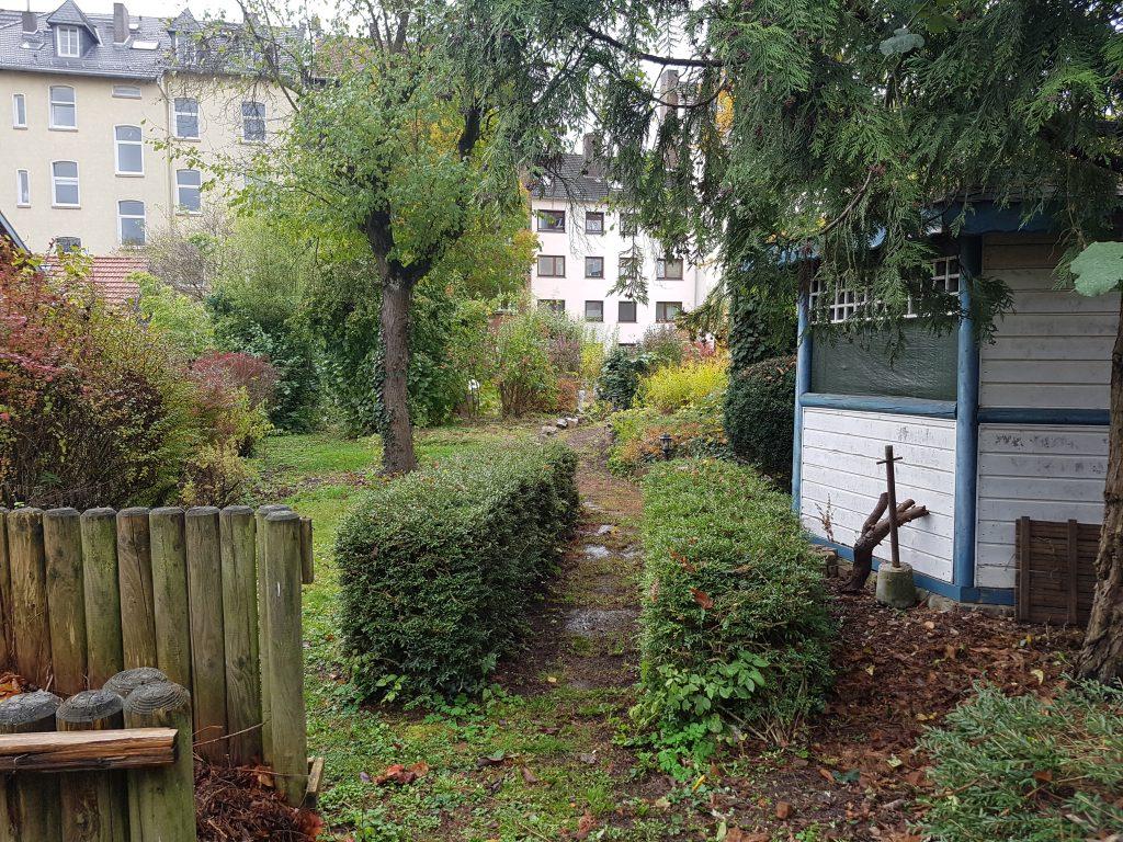Blick vom hinteren Teil des Gartens mit Pavillon