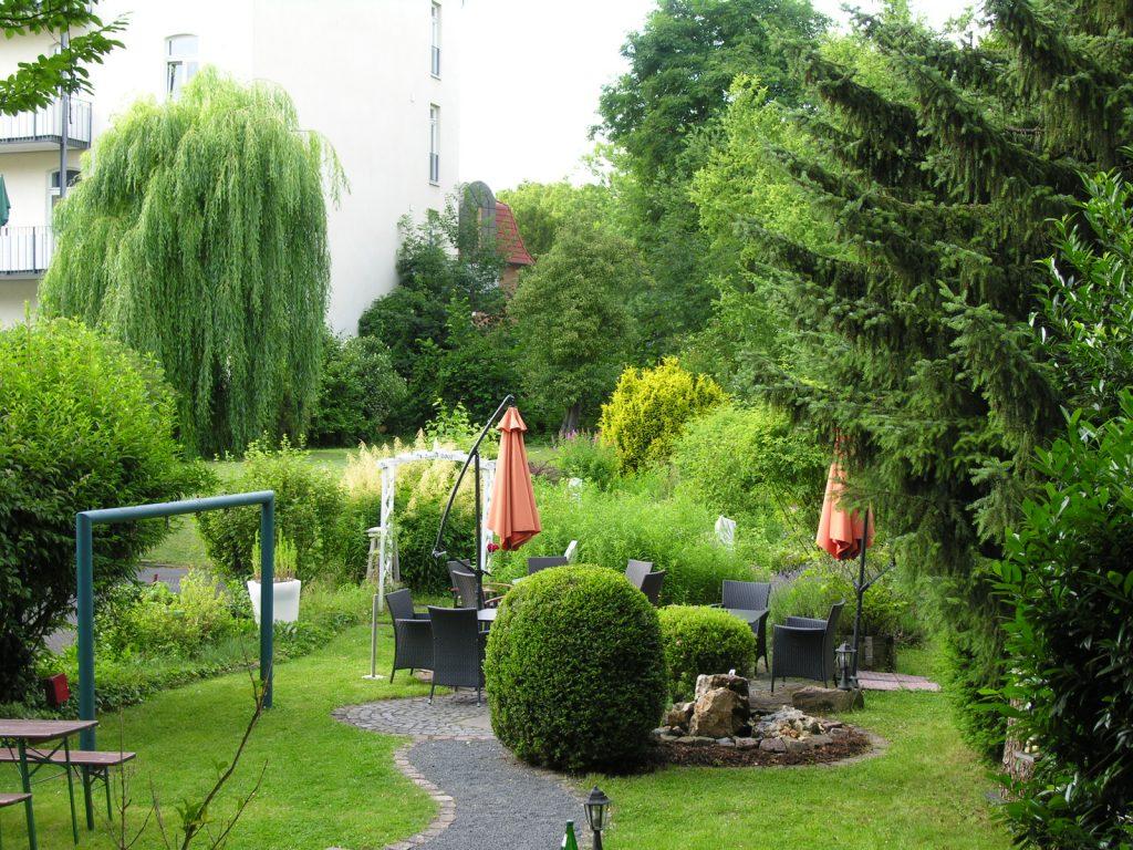 Garten der Villa Zandoli mit Springbrunnen und Sitzgelegenheiten