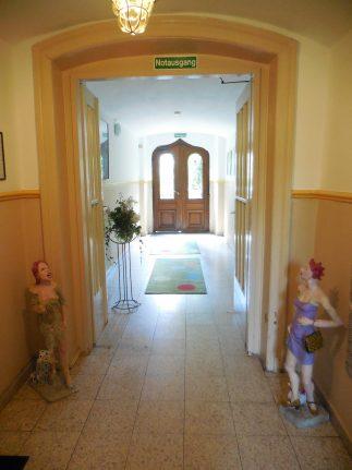 Eingangsbereich der Villa Zandoli mit Skulpturen