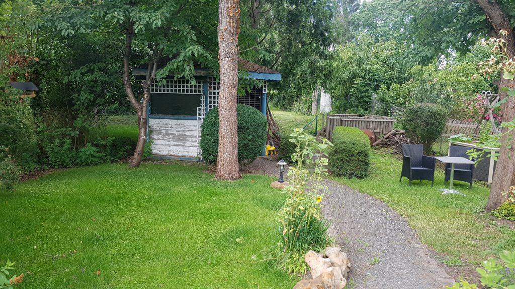 Gartenpavillon mit frisch gesätem Rasen