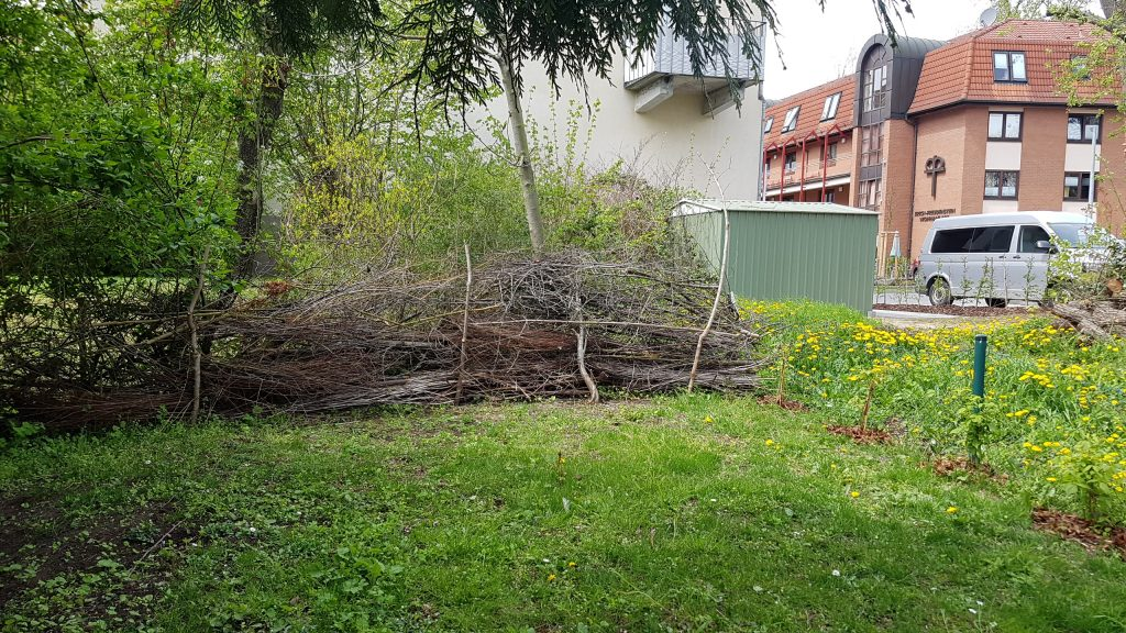 Totholzhecke am Grundstückrand